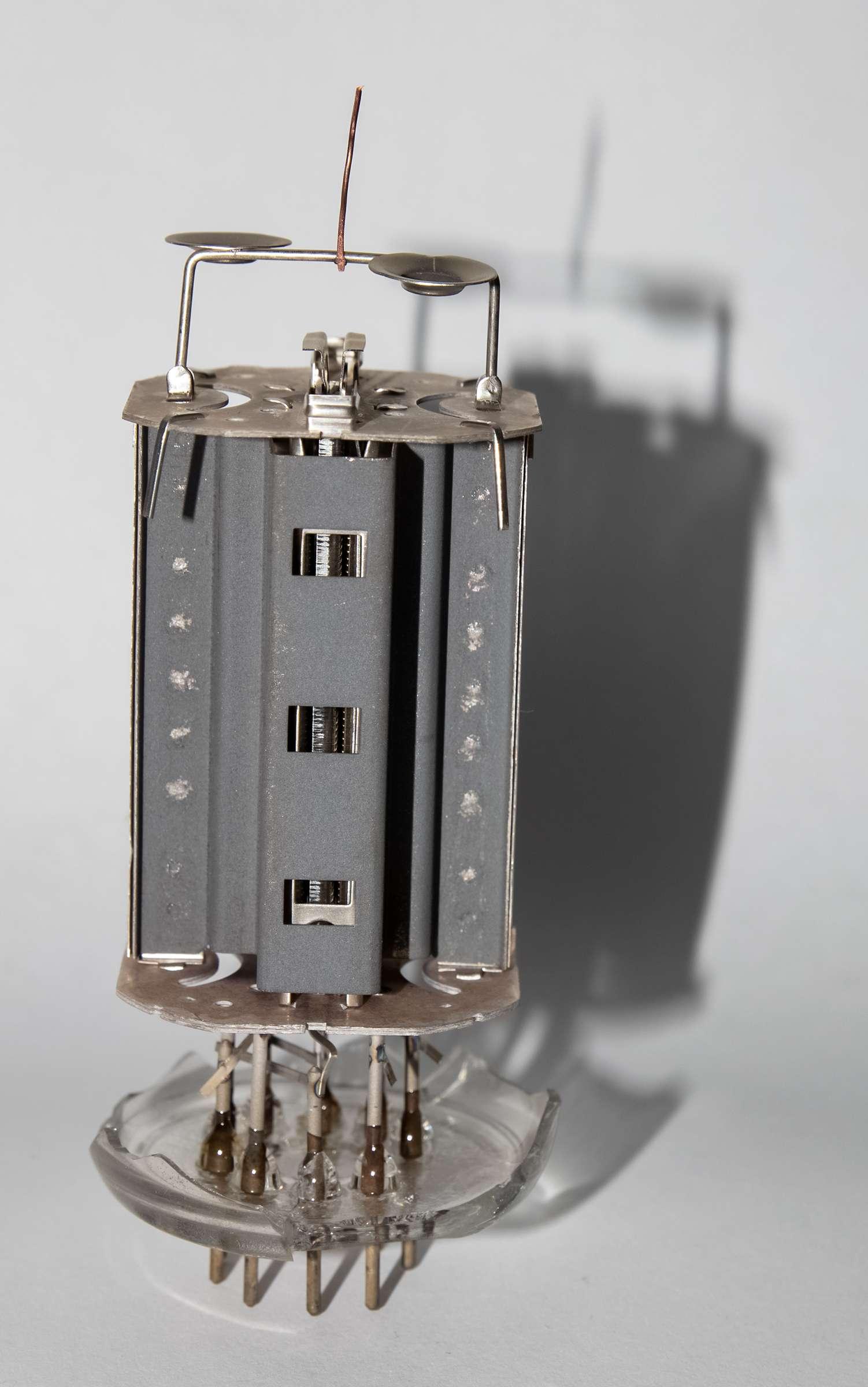 Внутреннее устройство радиолампы 6П45С