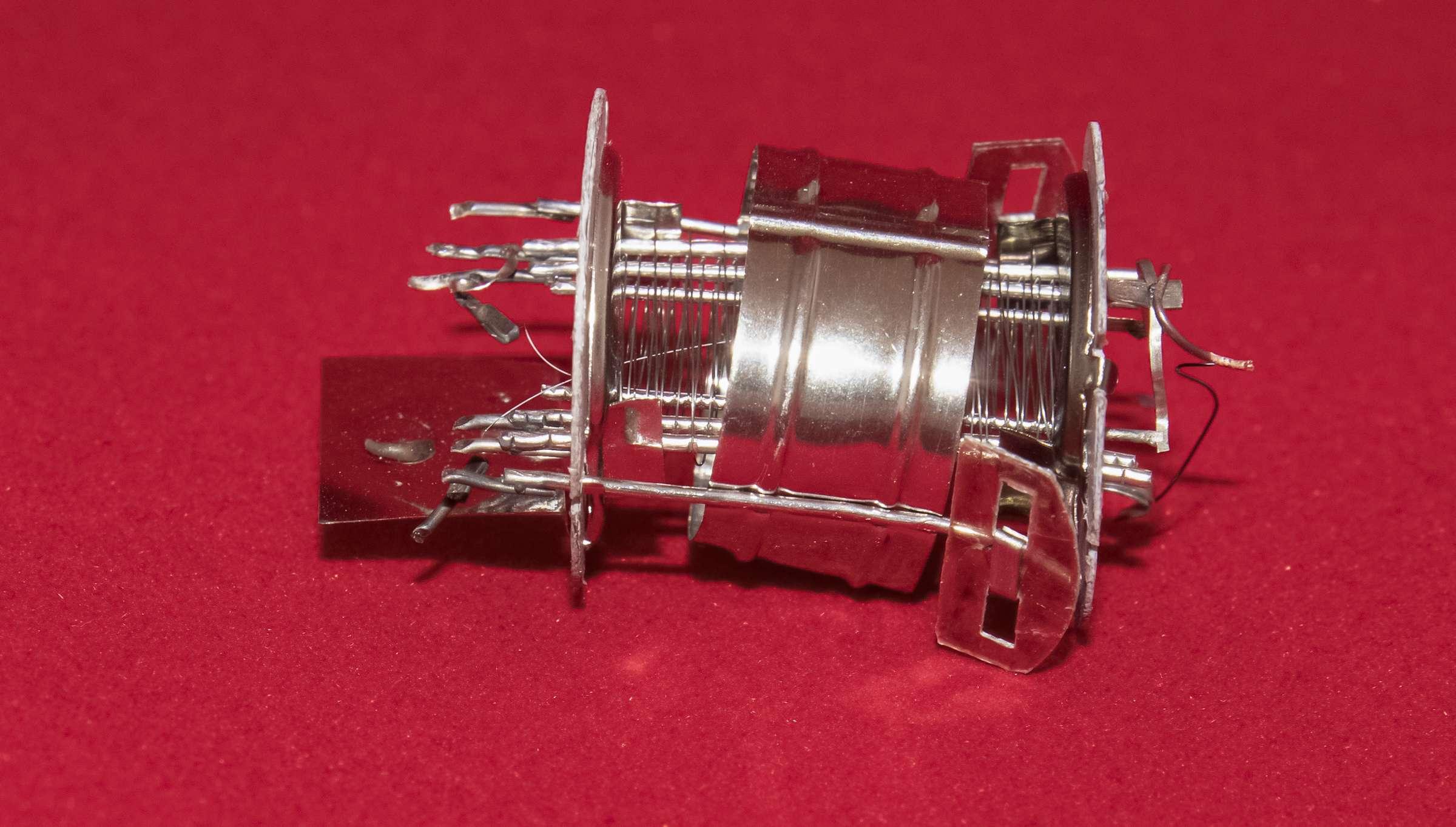 Внутреннее устройство радиолампы 2К2М