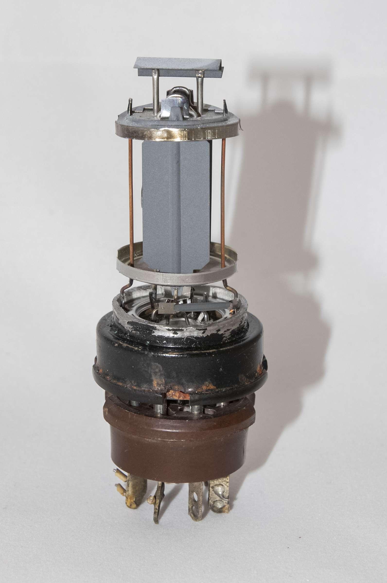 Внутреннее устройство радиолампы 6П9