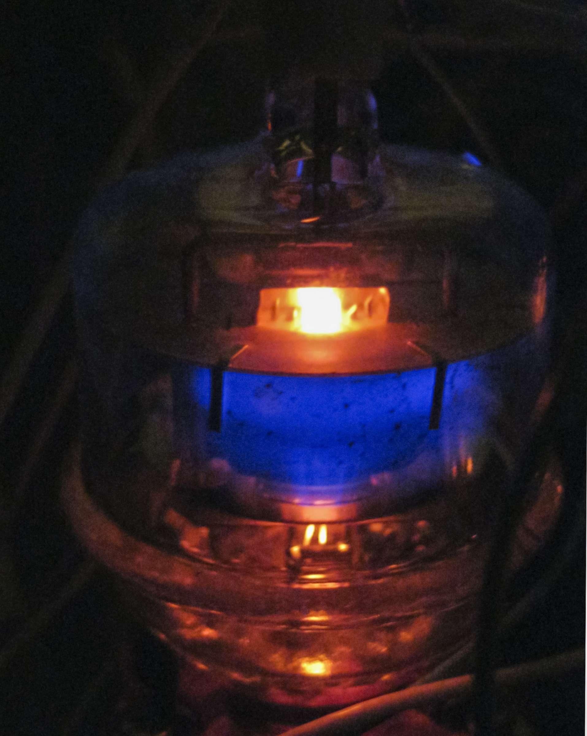 Свечение радиолампы ГУ-32 при проведении испытаний