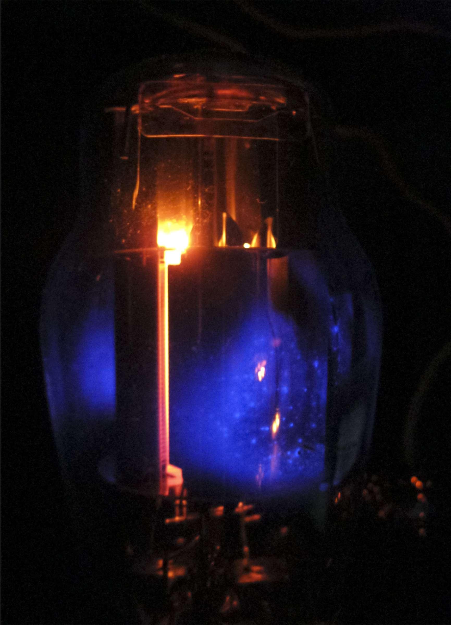 Свечение радиолампы стабилизатора напряжения при проведении испытаний