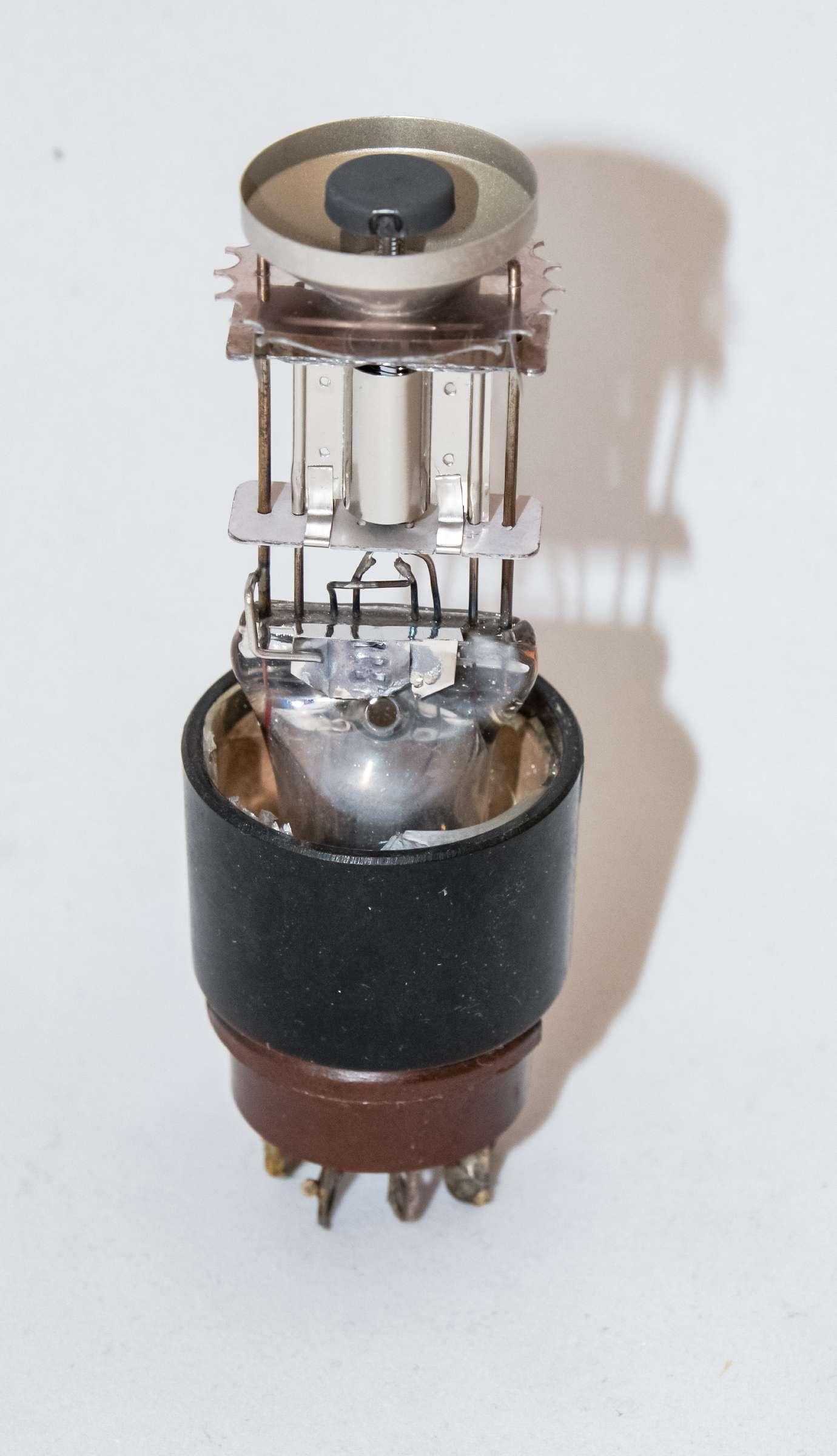 Внутреннее устройство радиолампы 6Е5С