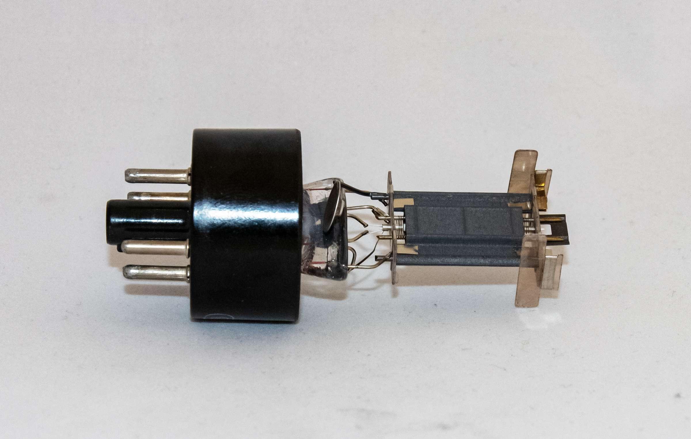 Внутреннее устройство радиолампы 6С2С