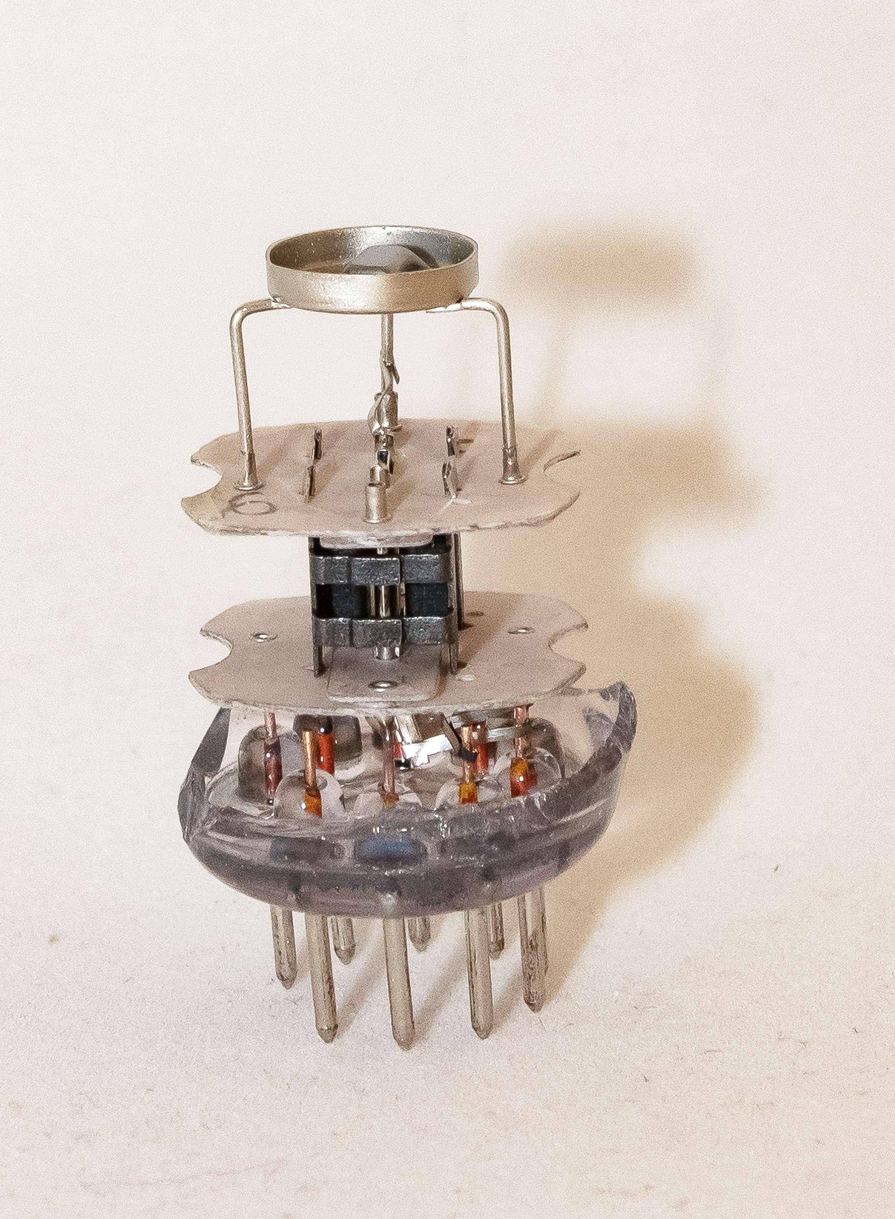 Внутреннее устройство радиолампы 6С3П-ЕВ