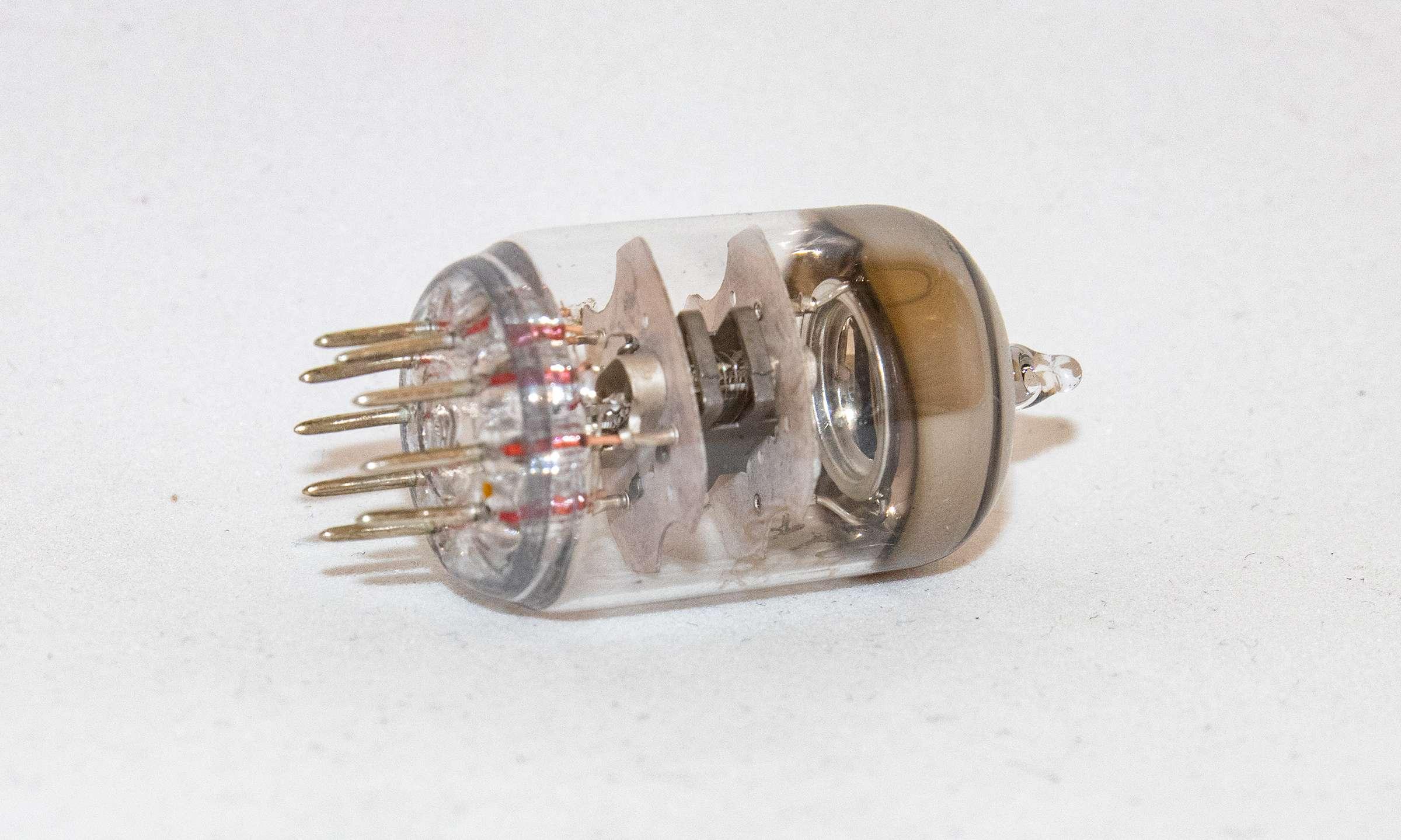Внешний вид радиолампы 6Ж9П