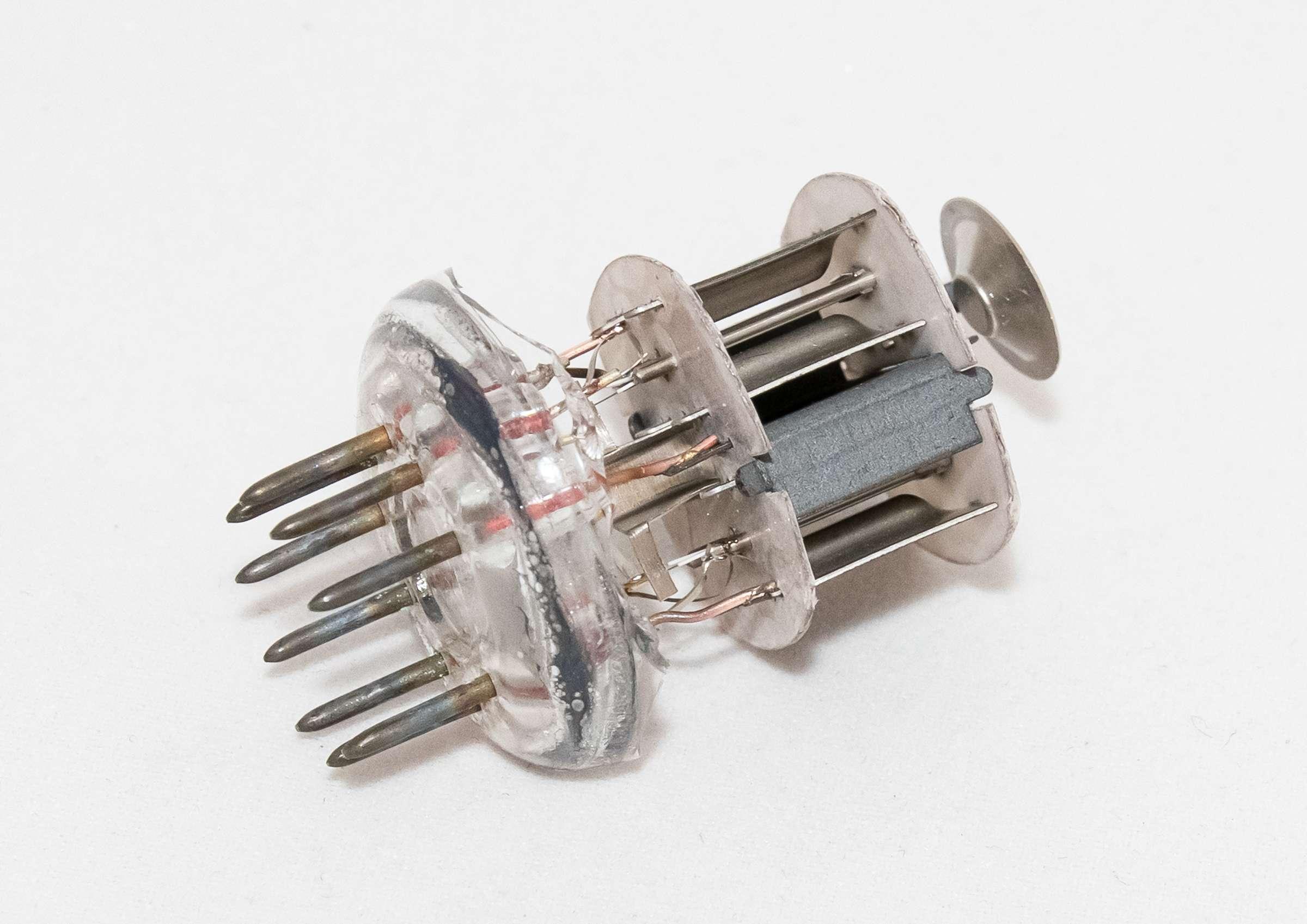 Внутреннее устройство радиолампы 6Н23П