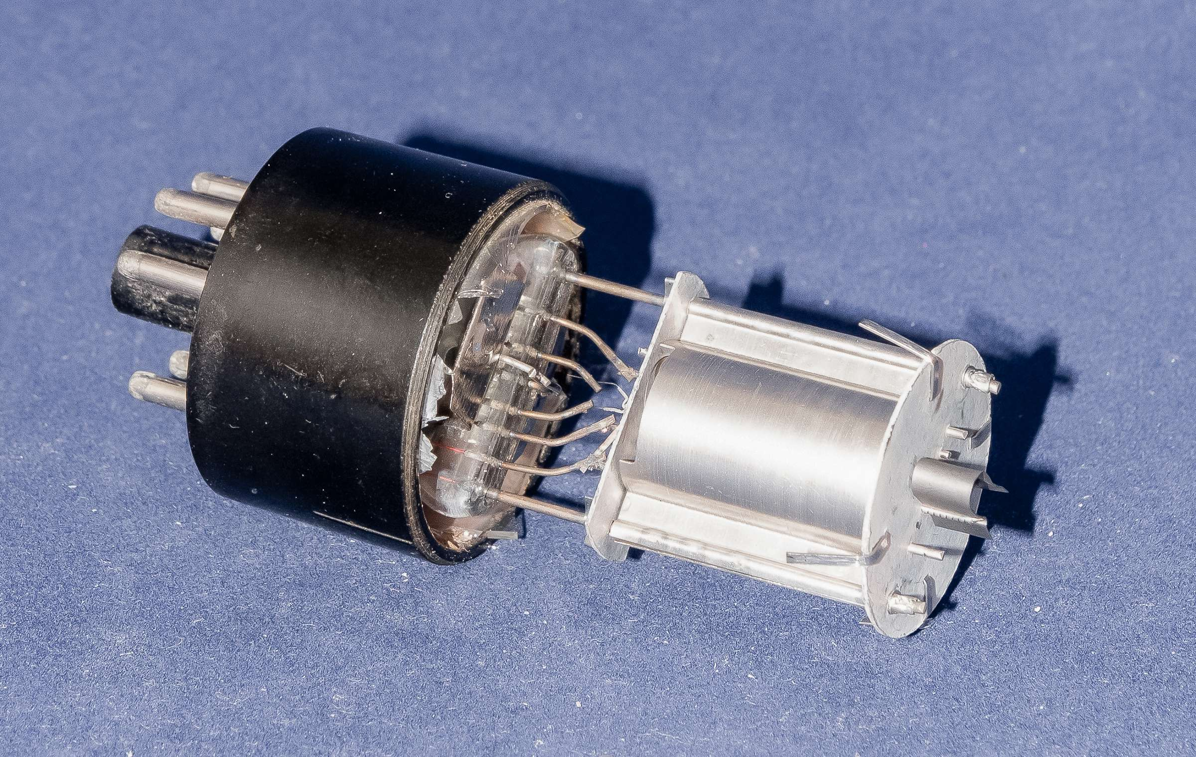 Внутреннее устройство радиолампы 6П8С
